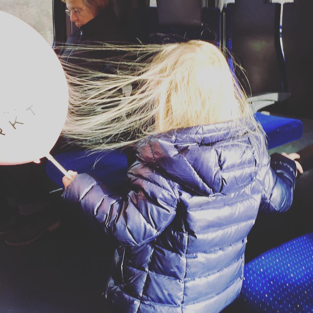 Kind entdeckt gerade statische Elektrizitt